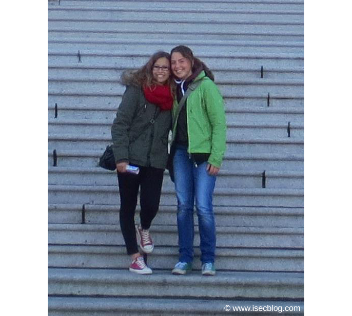Meine Freundin und ich auf den Stufen zum Parliament in Victoria