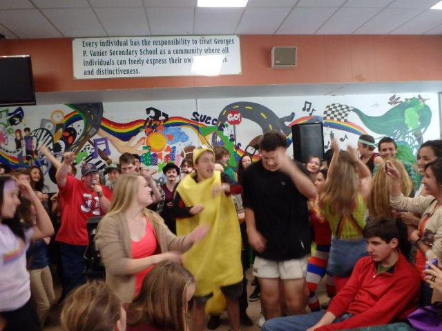 Karaoke in der Schulcafeteria am Terry-Fox-Day