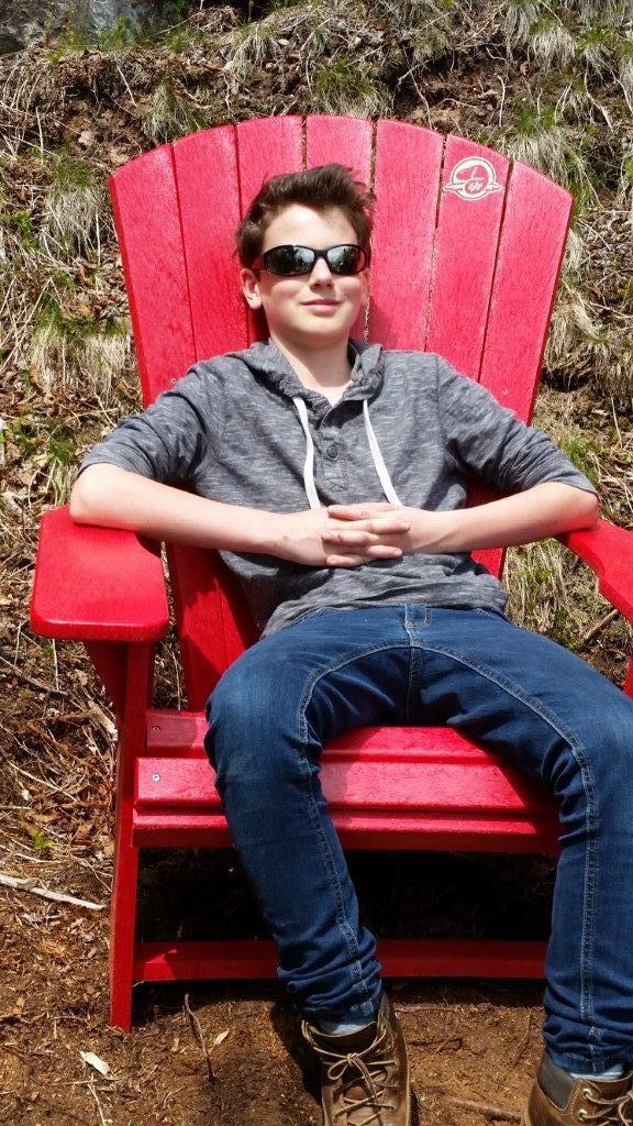 Ich sitze in einem zufällig herumstehenden roten Stuhl in der Mitte eines Wanderweges im Fundy National Park (zweiter Besuch)